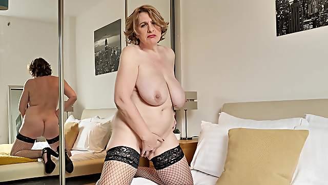 Mature Camilla CreamPie is all alone and seeking self-pleasure
